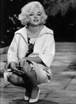 marilyn-monroe-in-white-floral-dress-white-heels
